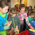 Po slavnostním zahájení se otevřel krámek se spoustou zajímavého zboží. Nechyběly v něm časopisy, hračky nebo křížovky a pastelky.